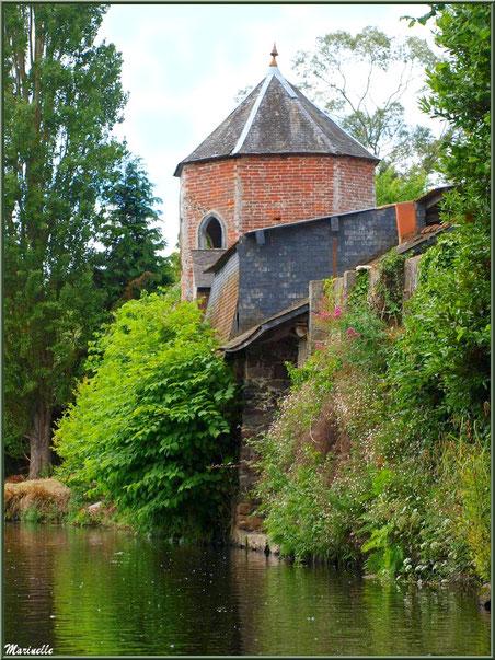 Belle maison bourgeoise avec sa tourelle au-dessus de son lavoir personnel en bordure du Trieux, Pontrieux, Côte d'Armor (22)