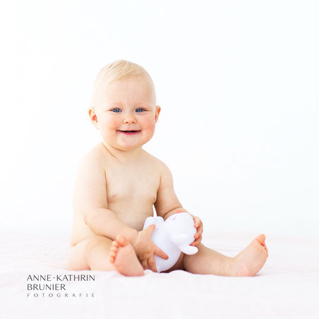 Baby Kleinkind Lachen Häschen Studiofotografie Blaue Augen