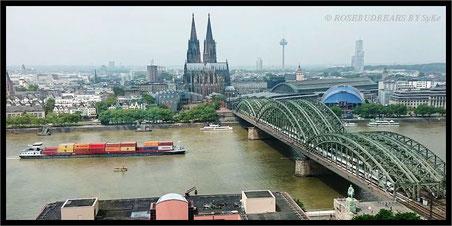 Blick auf die Kölner Innenstadt mit Dom und Eisenbahnbrücke über den Rhein