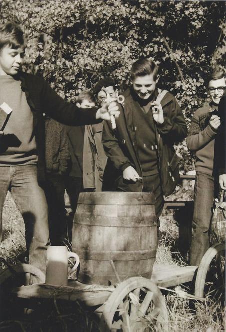Wilfried Böse beim Klassenausflug und Anstechen des Bierfasses.  Foto: Hermann Dietz