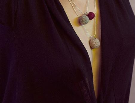 Kettenanhänger aus Wollen unterschiedlich kombinieren