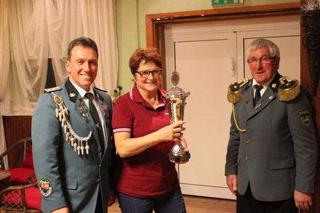 Martina Bien erringt den Biogas-Breese-Marsch-Pokal 2018. Schießwart Frank Uttich und König Wilhelm Gausmann gratulieren.