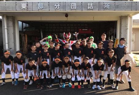高山ソフトボールスポーツ少年団のみなさん、ハヤブサキングさんと記念撮影
