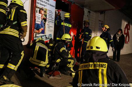 Die Einsatzkräfte beim Aufbrechen eines Zugangs zum Gebäude.