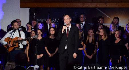 Gemeindeleiter Ullrich Wuttke eröffnet das Benefizkonzert in der Christusgemeinde Osthofen vor vollem Haus.
