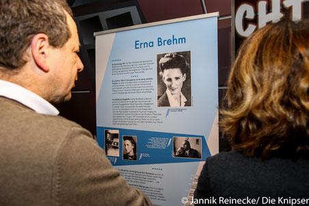 Da auch Frauen gegen das NS–Regime vorgingen, aber nicht so bekannt waren, möchte diese Ausstellung auf solche Frauen aufmerksam machen.
