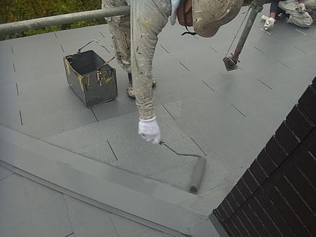 熊本市I様家外壁塗装・屋根塗装状況。コロニアル屋根の塗り替えを遮熱塗料でローラー手塗り中。