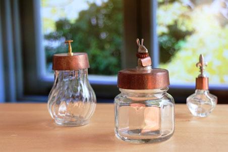 販売品 ガラス容器のふた飾り(王冠)。 きのこ、襞襟うさぎ、ゆり紋章。 薬味ビン、はちみつビン、香水ビン