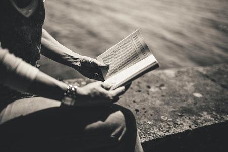 Person mit Buch