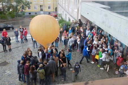 Schüler/-innen schicken den Wetterballon in die Stratosphäre