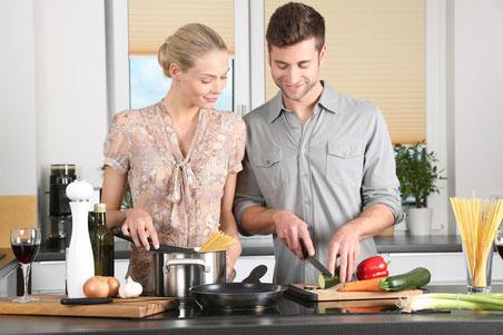 Frau und Mann in Küche