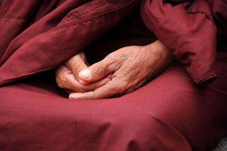 Hände eines Mönchs gefaltet