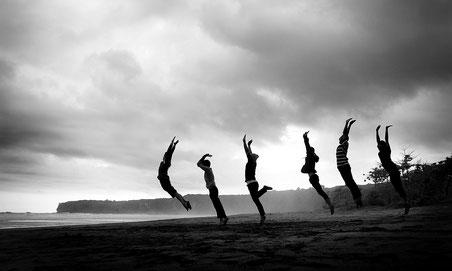 Frauen hüpfend am Strand