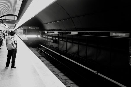 U-Bahn fährt in Station ein