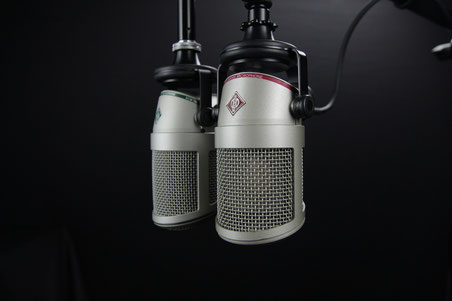 Zwei hängende Mikrophone