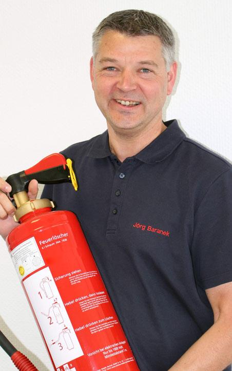 Brandschutzbeauftragter Jörg Baranek mit Feuerlöscher