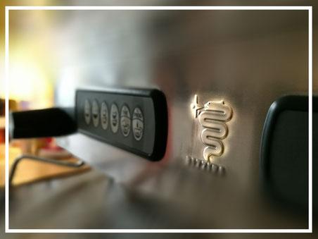 """""""Bild:"""" Espresso Bandits - Bezzera Ellisse Siebtraegermaschine mit dem Logo il biscione nahe"""