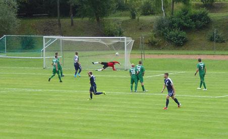 TuS-Kapitän Ettelt (re.) trifft per direktem Freistoß zum 1:0 (18.)