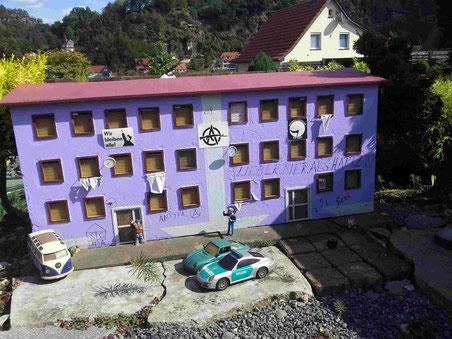 ...selbst in der Garteneisenbahn-Anlage in Rathen gibt es ein besetztes Haus!
