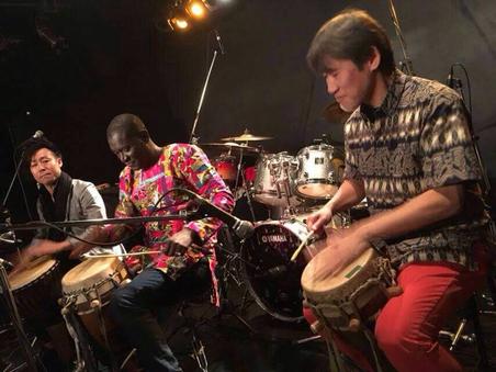 ワガンさん(中央)と私(右)が演奏しているのがセネガルのウォロフ族のサバル太鼓「ブンブン」。岩瀬さん(左)が演奏しているのが西アフリカを代表する太鼓「ジェンベ」
