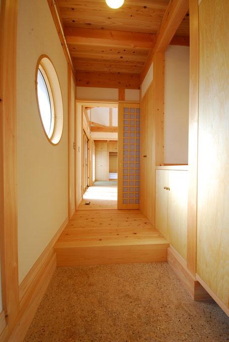 大黒丸太のある家の玄関は入ってすぐ木の存在感を感じられる