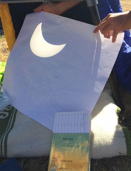 2017年8月21日 朝9:30頃 日食見物の最中に。アメリカ・オレゴン州のインディペンデントという小さな町の郊外にあるヒルトップセメタリー。米国を北西から南東に横切る皆既日食の、月と太陽が完全に重なる100%ベルトに位置する地点