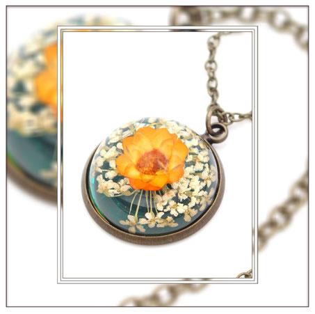 Floretta ° The Tiny Garden° Blumen Medaillon Zauberhafte Handgemachte Medaillonkette mit  orange-weißen Blüten .     * Designed and Manufactured by Elfgard® Germany