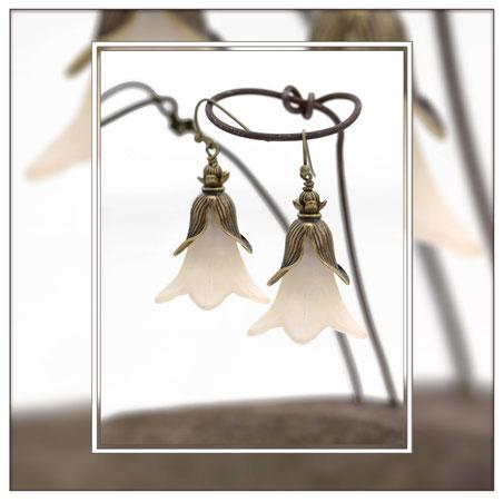 Clarina ° The Moon Flower° Leuchtende Blüten Ohrringe Märchenhafte Handgemachte Blütenohrringe mit einer kleinen versteckten Leuchtperle.     * Designed and Manufactured by Elfgard® Germany