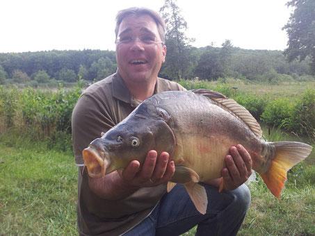 Stefan Becker am 10.08.2013 um 17.40 Uhr / Zuchtteich 3. Spiegelkarpfen 70 cm / 7,5 Kg.