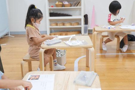 幼稚園児クラスで文化・社会活動として行った紙すき体験をえほんにまとめました