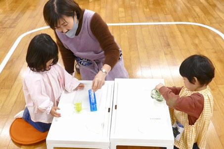 モンテッソーリの個別活動の中でも水を使ったお仕事は大人気。2歳児が夢中にな手取り組んでいます。