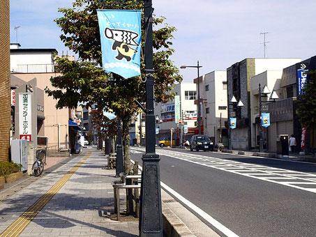 """「駅通り商店街」。ノボリには「ちょっとよってくかゾ?」と買い物する""""こいのぼりマン"""""""