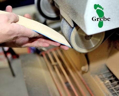 Maßeinlagen werden an der Schleifmaschine angepasst. Herr Uwe Grebe leistet diese Arbeiten im Rahmen seiner Tätigkeit als orthopädischer SchuhmacherMeister