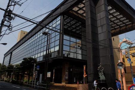 板橋区立文化会館は、東武東上線 大山駅から3分、都営地下鉄三田線 板橋区役所前から徒歩5分。まわりは商店街でした。
