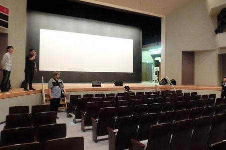 選手の作品はこのスクリーンに投影されます。そしてステージ両脇に両チームの席が設けられる予定。