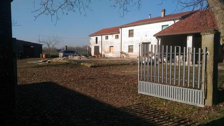 La casa che abbiamo acquistato nella provincia di Verona vista dall'entrata nella parte sud-est.