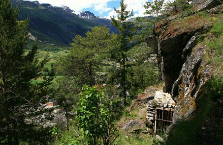 L'entrée de la grotte des Balmes dominant la vallée de l'Arc eb  Haute Maurienne Vanoise