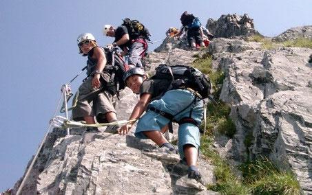 Kinder auf Klettersteig