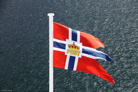 Die Hurtigruten-Fahne weht am Heck jedes Schiffes, über Nacht wird sie eingeholt.