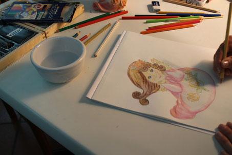 Michela che disegna l'angioletto, pastelli acquerellabili su carta.
