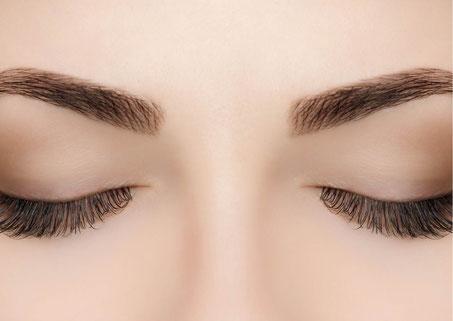 Wimpern und Augenbrauen färben in der Beauty & Wellness Auszeit