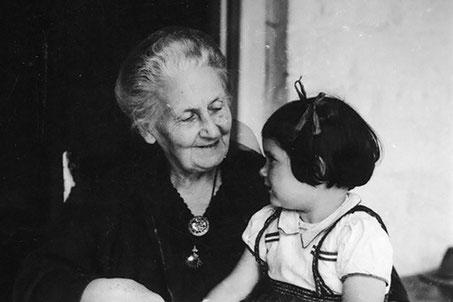 Maria Montessori mit Kind