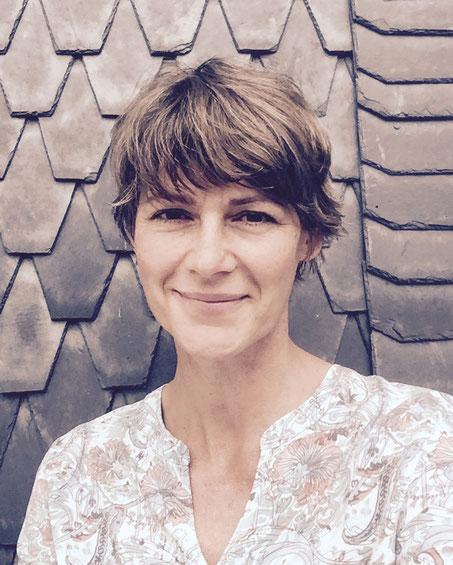 Bach-Blüten Expertin Katja Hess spricht über Bach-Blüten während Kinderwunsch, Schwangerschaft & Geburt. Alles zu den Naturheilmitteln für (werdende) Mamas auf MOMazing – Das Mama Yoga Love Mag.