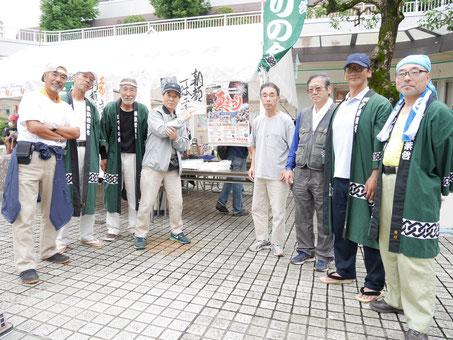 若葉台まつりの会のみなさん。左から2番目が堀さん。左から3番目が戸田さん。