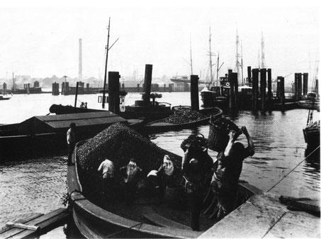 """Von Johann Hamann (1859-1935) - Johann Hamann: """"Arbeit im Hafen. Hamburg 1889-1911"""".  Quelle: https://commons.wikimedia.org/w/index.php?curid=3052689"""