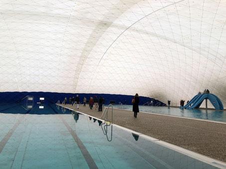 Traglufthalle mit Schwimmbecken, rechts hinten eine blaue Rutsche für Kinder am Lehrschwimmbecken