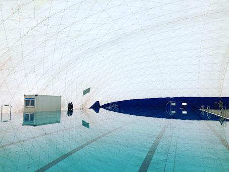 Traglufthalle mit Schwimmbecken und Aufsichtshäuschen