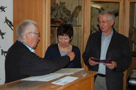 Die silbernen NABU-Ehrenabzeichen wurden Hildegard Werner (Mitte) und Werner Schiller (rechts) verliehen. Diese überreichte Rolf Grösch, Vorsitzender der Bezirksgruppe Oldenburger Land (links).  Foto: Frye 2011