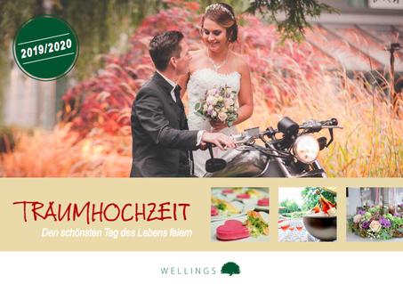 Ein Brautpaar posiert mit einem Motorrad.