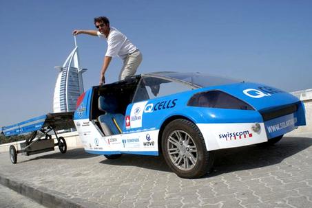 Louis Palmer mit seinem Solartaxi in Dubai